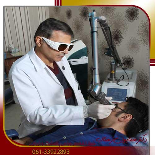 دکتر زهتاب در حال انجام لیزر